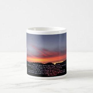 Rezo ardiente de la puesta del sol taza de café