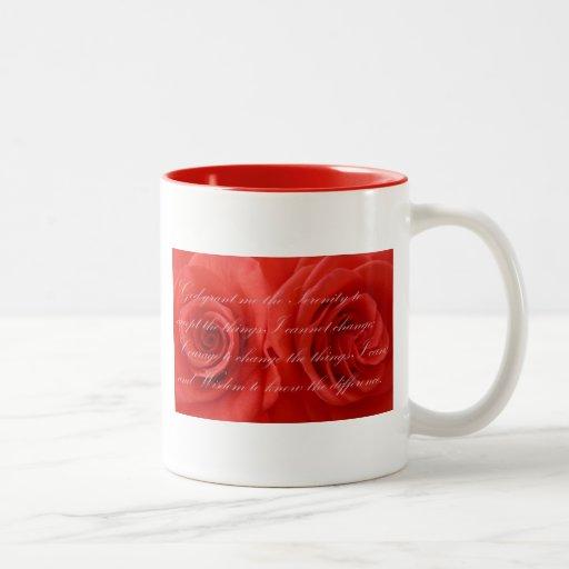 Rezo de la serenidad y rosas rojos taza de café de dos colores
