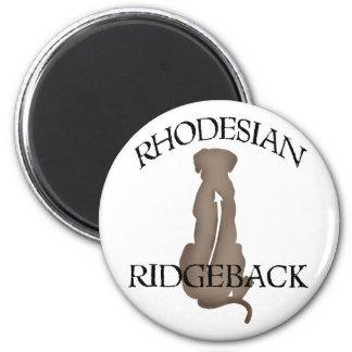 Rhodesian que se sienta Ridgeback con el texto Imán De Nevera