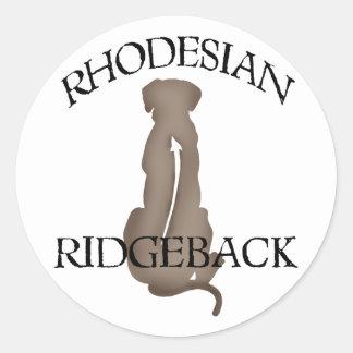 Rhodesian que se sienta Ridgeback con el texto Etiquetas Redondas