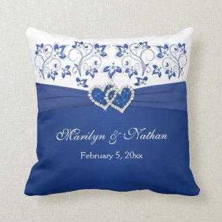 RIBBON/JEWELS IMPRESO azul, almohada blanca del