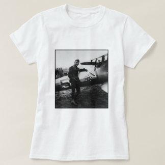 Rickenbacker que presenta con su avión playeras