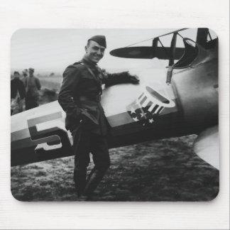 Rickenbacker que presenta con su avión tapete de ratones