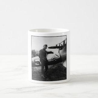 Rickenbacker que presenta con su avión taza de café