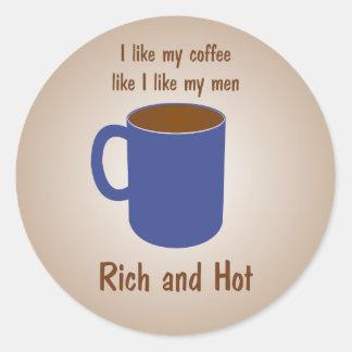 ¡Rico y caliente! El café tiene gusto de los Pegatina Redonda