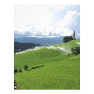Ridge en pasto alpino con las regaderas de la membrete personalizado