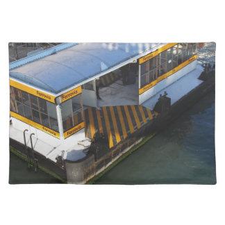 Riegue el término de autobuses en el Gran Canal en Mantel