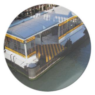 Riegue el término de autobuses en el Gran Canal en Plato De Comida
