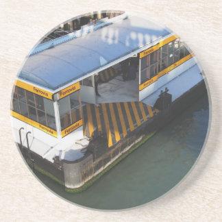 Riegue el término de autobuses en el Gran Canal en Posavasos Diseño