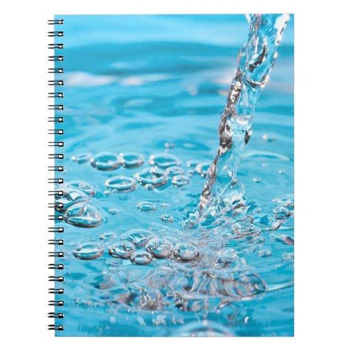 Riegue fluir en una piscina libros de apuntes