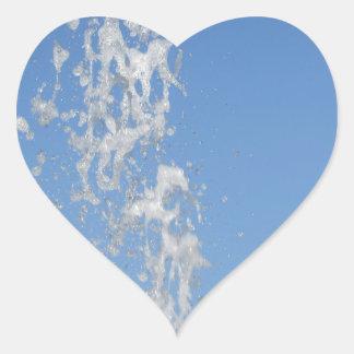 Riegue la rociadura de una fuente contra SK azul Pegatina En Forma De Corazón