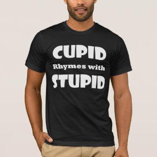 Rimas del Cupid con la camiseta estúpida de la