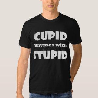 Rimas del Cupid con la camiseta estúpida de la Polera
