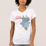 Rinoceronte con el paraguas en la camiseta de las