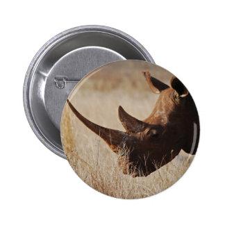 Rinoceronte negro africano con los cuernos grandes pin redondo de 2 pulgadas