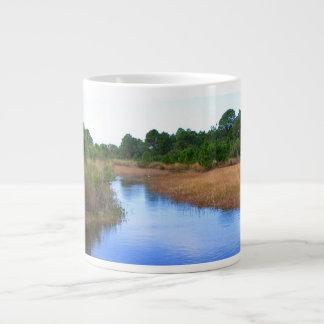 Río a través de la imagen del pantano de la sabana taza grande