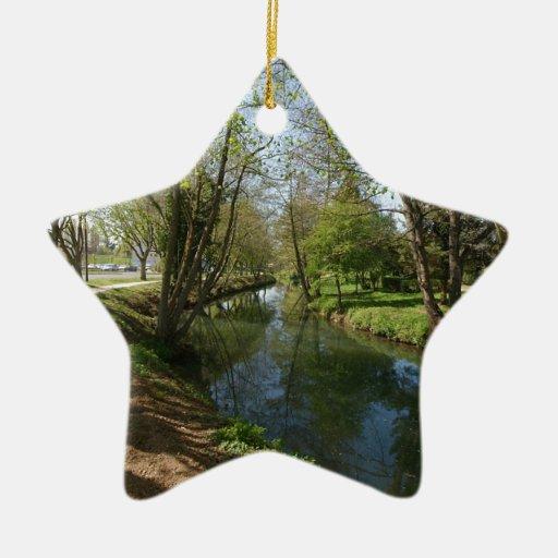 Río con los árboles en primavera adorno navideño de cerámica en forma de estrella