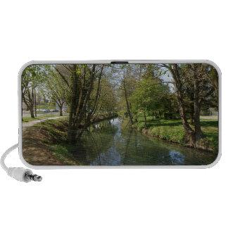 Río con los árboles en primavera portátil altavoces