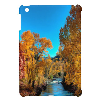 Río de las hojas de otoño del árbol