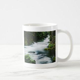 """""""Río de McKenzie en verano """" Tazas"""