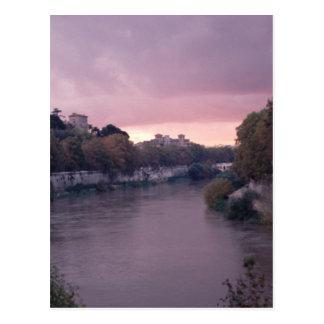 Río de Tíber en la postal de la puesta del sol