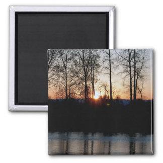 Río de Willamette en el IMÁN de la puesta del sol
