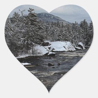 Río del invierno pegatina en forma de corazón