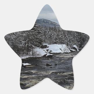 Río del invierno pegatina en forma de estrella