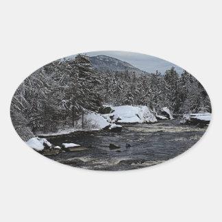 Río del invierno pegatina ovalada