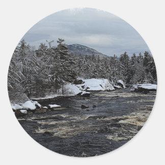 Río del invierno pegatina redonda