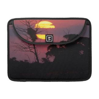 Río en la puesta del sol, parque nacional de Sabi Fundas Macbook Pro