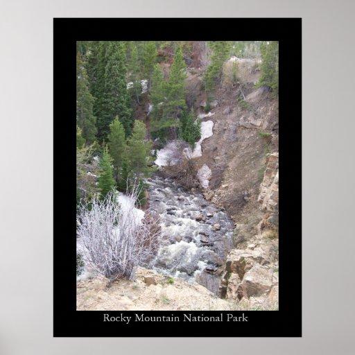 Río en montaña rocosa póster