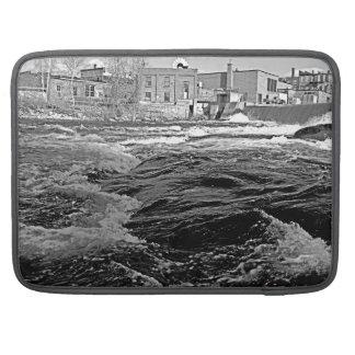 Río industrial con los edificios funda para macbooks