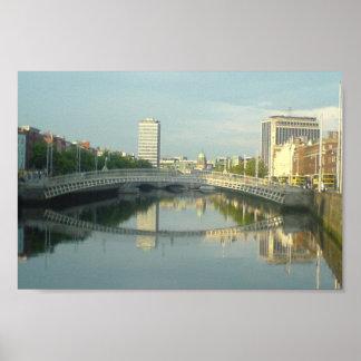 Río Liffey en centro de ciudad de Dublín Póster