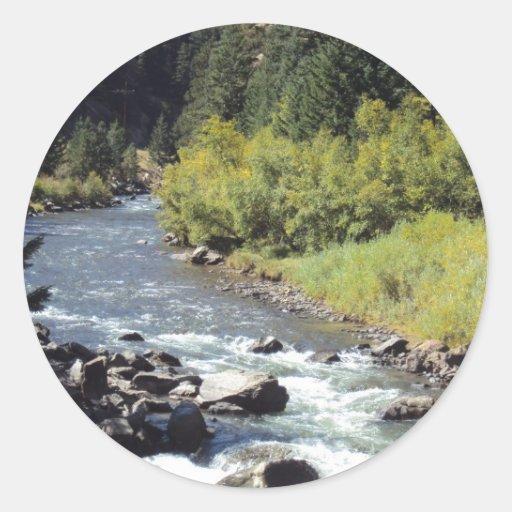 Río ocultado de la montaña etiqueta redonda