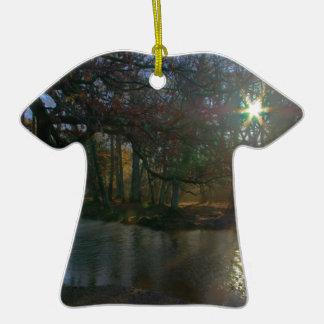 Río oscuro adorno de cerámica en forma de camiseta