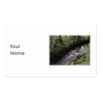 Río que atraviesa arbolado tarjetas de visita