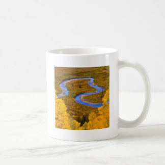 Río que enrolla el bosque Colorado de Gunnison Taza