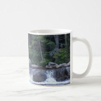 Río que fluye tazas de café