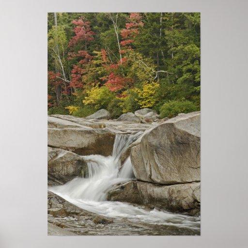 Río rápido que conecta en cascada las rocas, blanc impresiones