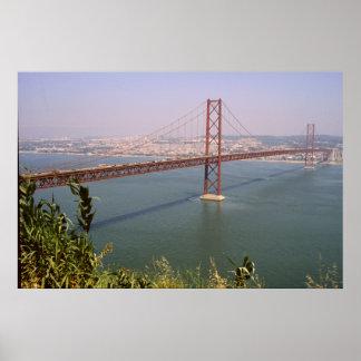 Río Tejo de Lisboa Portugal 25 de Abril Bridge Póster