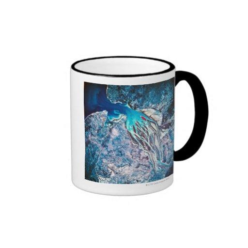 Ríos que encuentran el mar tazas de café