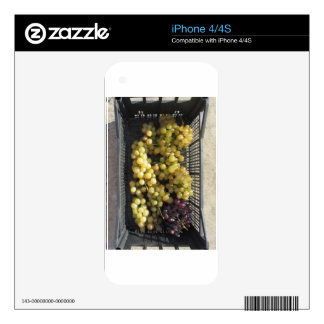 Ripe grapes in box skin for iPhone 4