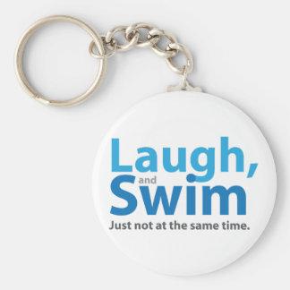 Risa y nadada… pero no al mismo tiempo llavero redondo tipo pin