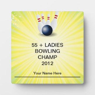 Risas de la diversión del campeón de las señoras d placas de madera
