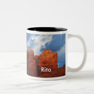 Rita en la taza de la roca del pote del café
