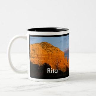 Rita en la taza roja de la roca de la salida de la