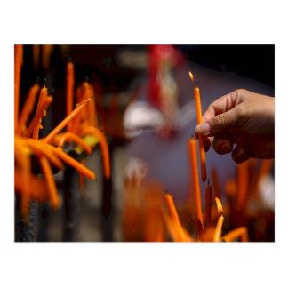 Ritual budista de la iluminación de la vela del postales