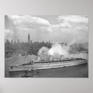 RMS Queen Mary que llega en el puerto de Nueva Póster