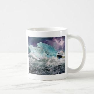 RMS titánico y pintura del iceberg Taza Básica Blanca